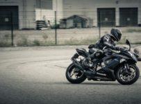 jazda motocyklem w deszczu