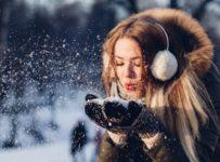 kobieta w ciepłej kurtce