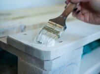malowanie palety pędzlem na biało