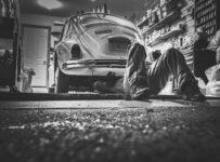 mechanik naprawia samochód w warsztacie samochodowym