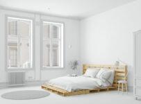 łóżko z palet w białej sypialni